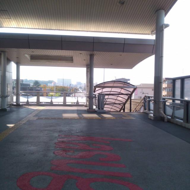 春日駅改札から左手へ
